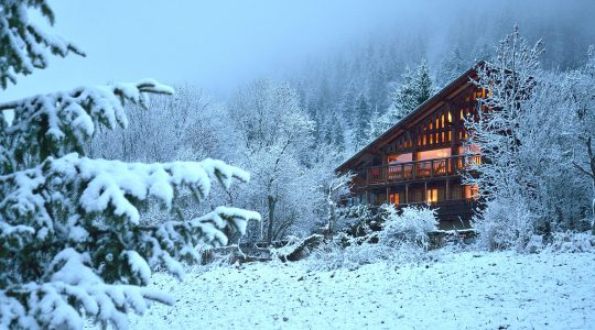 Chalet-Cannelle-by-night-in-full